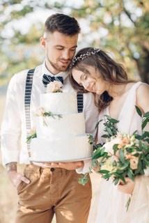 newly weds with wedding cake